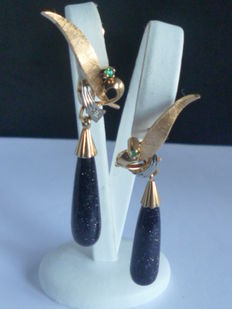 Pair of gold stone droplet earrings set with emerald/diamond
