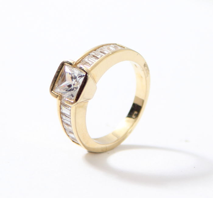 14 kt Gold ring set with white sapphire in baguette shape, Ring size:  17