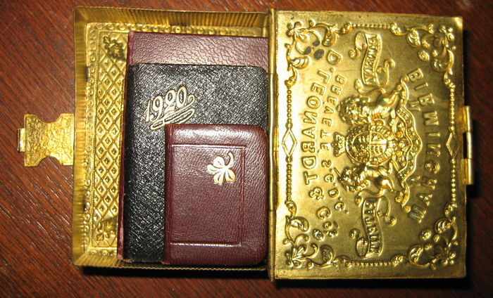 Miniature; Lot of 3 tiny full leather bindings in a brass case with clasp - 1920/1927