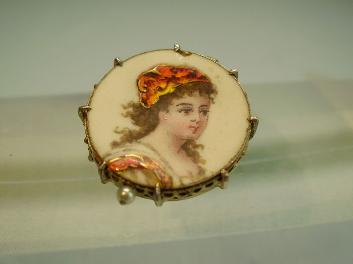 Historical brooch with a hand-drawn enamel portrait, raised with gold.
