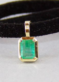 1.23 ct Emerald and diamond 14 kt gold pendant