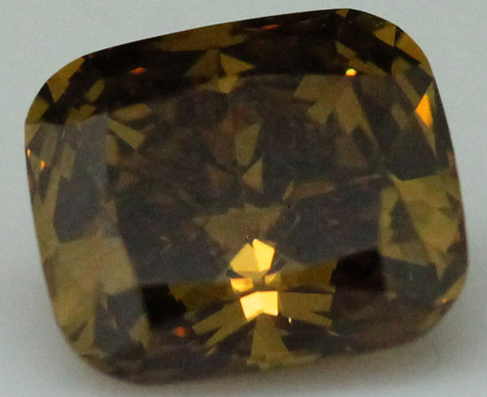 Diamante naturale a taglio cuscino da 0,84 ct con certificato GIA.  Marrone-giallo scuro fancy naturale - Uniforme, VS2