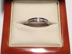 White gold ring, 14 kt, with 24 baguette straight cut diamonds, approx. 0.72 ct in total. E-F, IF-VVS