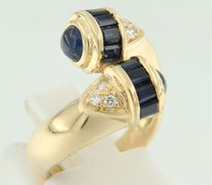 Yellow gold 18 kt, wavy ring set with sapphire and brilliant cut diamonds, ring size 16 (50).