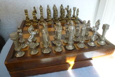 "Gold/silver chess game (Dutch) ""medieval"" zinc and brass with old wooden chess box"