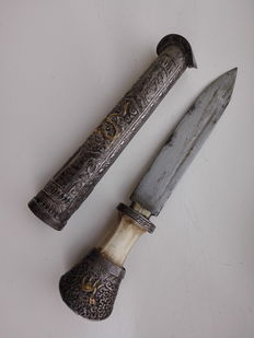 Beautifully decorated dagger made of, amongst others, local silver and bone – Sikkim/Tiber – late 19th century