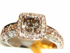 White and rose gold ring with a central brown-pink diamond, 0.88 ct – 1.41 ct in total – Low reserve