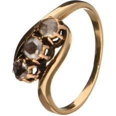 Yellow gold ring set with 3 rose cut diamonds of approx. 0.12 ct each. Total approx.: 0.36 ct