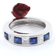 2.59 ct. White gold Band Engagement ring with 3 Princess diamonds of 1.09 ct and Blue 4 sapphire of 1.50 ct