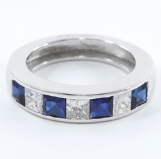 Certified 2.59 ct. White gold Band Engagement ring with 3 Princess diamonds of 1.09 ct and Blue 4 sapphire of 1.50 ct - Size 58- no reserve