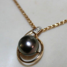 14 kt yellow gold pendant with a genuine diamond consisting of two components of 0.02 ct + a genuine sea pearl from Tahiti. Diameter of the pearl: 8.71 mm
