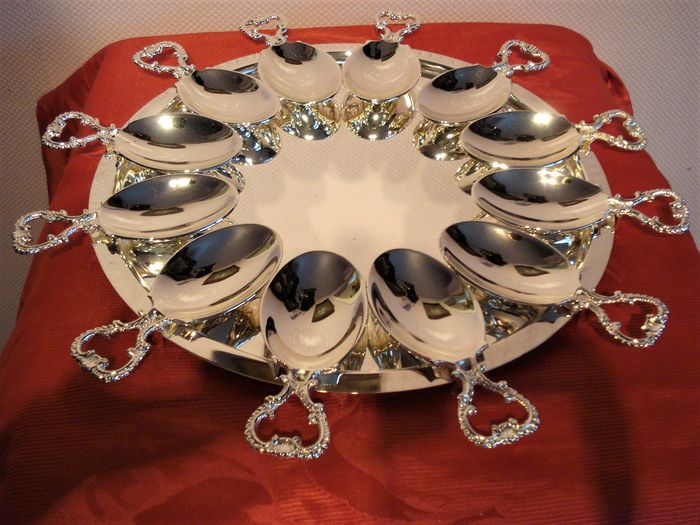 Silver plated [silver plated ] round under plate with 12 silver plated decorated amuse spoons, ca. 1960 20th century. France