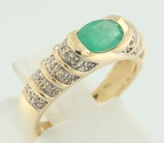 18 kt bi-colour gold ring with emerald and 18 brilliant cut diamonds - ring size 16.25