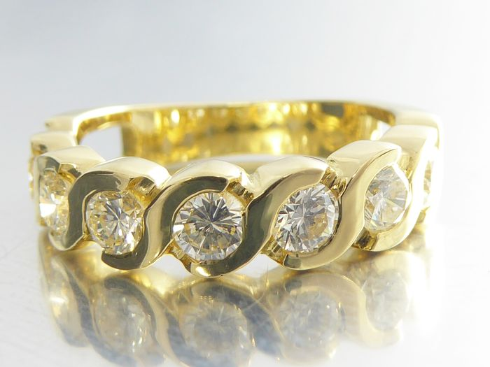 Yellow gold eternity ring set with brilliant cut diamonds of 1.00 ct in total, *no reserve*.