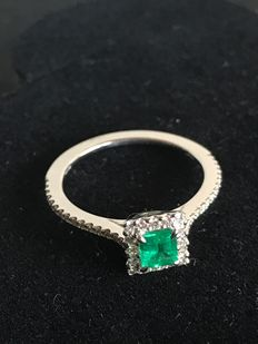 18 kt gold ring—diamonds 0.30 ct—emerald 0.34 ct
