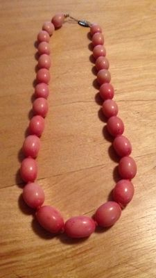 Women's necklace made of noble coral in olive shape, Biedermeier period