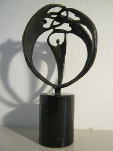 "Corry Ammerlaan van Niekerk - sculpture on marble base - ""samen de handen ineen"" - older copy on round pedestal"