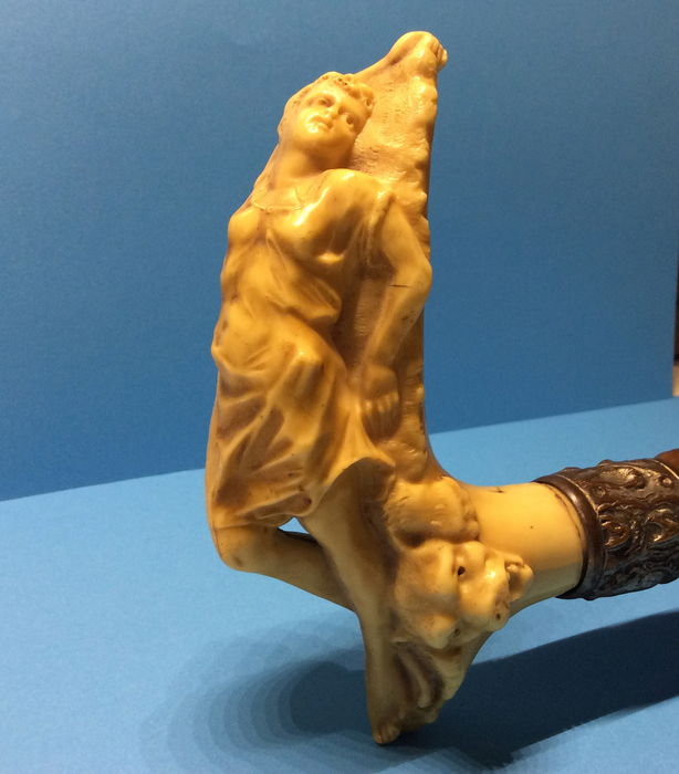 Knotty wooden walking cane with early artificial resin handle shaped like a resting woman with lion, appr. 1920 - Art Deco