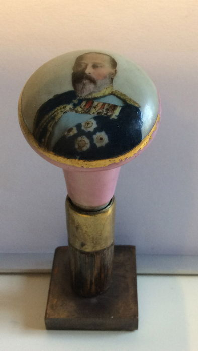 Porcelain cane handle with hand painted portrait of king Edward VII (1841 - 1910) - England - appr. 1900