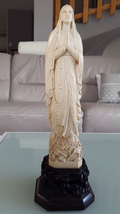 Ivory Virgin in adoration on a very richly sculpted base - China - end of XIXth century