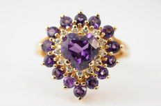 Yellow gold entourage ring set with amethysts and diamonds l No reserve price