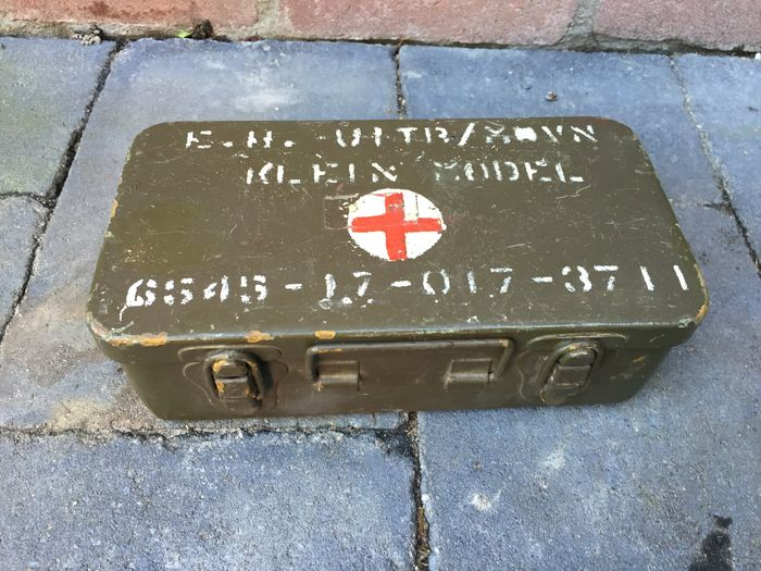 Military first-aid kit incl  content - Catawiki
