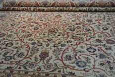 Magnificent Persian noble carpet, Keschan, with silk content, 320 x 232 cm. End of the 20th century
