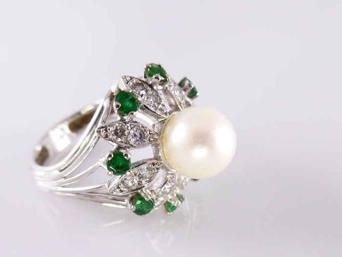 white gold ring with emerald pearl and approx 0 50 ct
