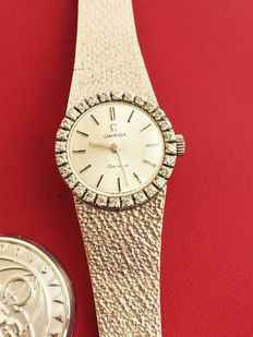 Omega Geneva, solid 18 kt white gold women's wristwatch with 28 brilliant cut diamonds.