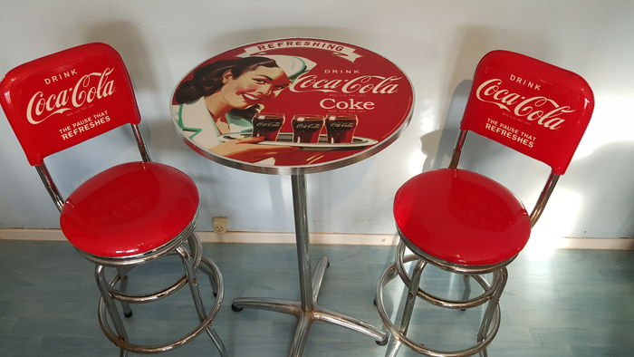 Autentico set da bar coca cola include due sgabelli e un tavolino