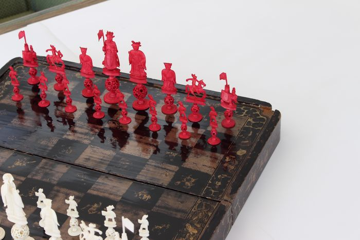 Antique chess set made of ivory - with mystery / puzzle balls - and lacquer  chess board - Cihna / Canton - Middle of the 19th century (Qing-Dynasty)