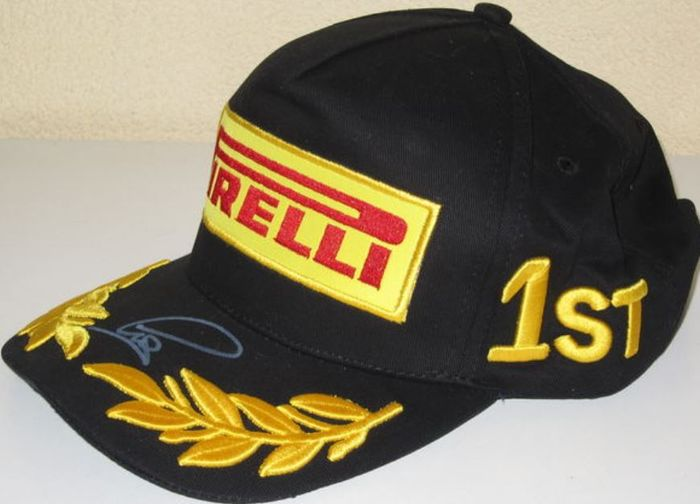 lewis hamilton formula 1 nouvelle et originale casquette sign e pirelli podium catawiki. Black Bedroom Furniture Sets. Home Design Ideas
