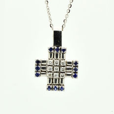 Necklace with an 18 kt white gold, cross pendant with diamonds, 0.15 ct and  sapphires - 45 cm