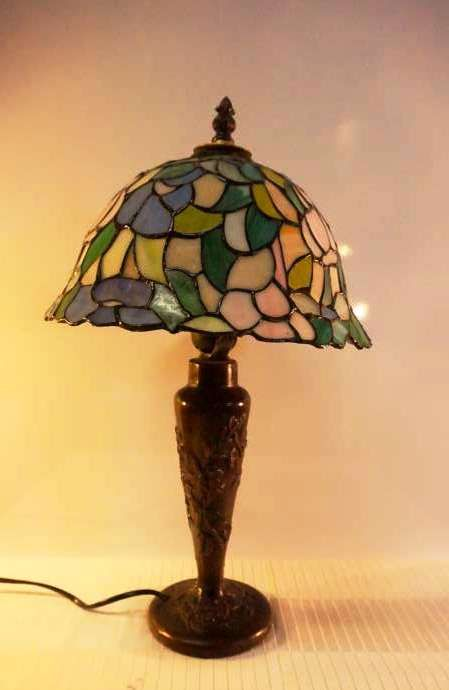 Tiffany Style Table Lamp With Stained Glass In Floral Patterns