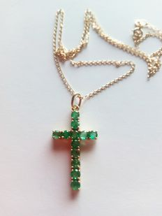 Gold cross pendant set with emeralds of 2 ct
