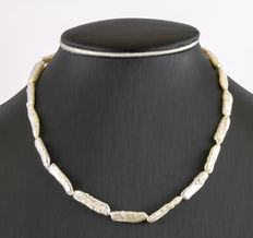 Necklace composed of baroque pearls, with gold clasp.