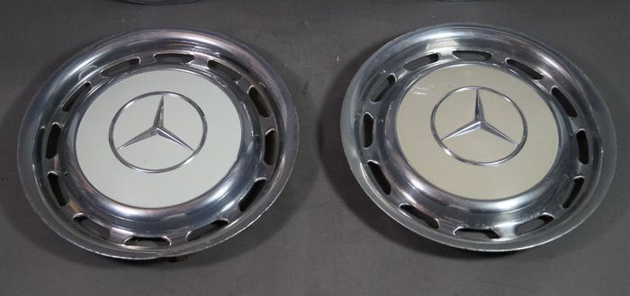 Mercedes benz 4 hubcaps 15 inch catawiki for Mercedes benz hubcaps