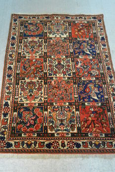 Beautiful Persian carpet with attractive floral patterns 141 x 100cm. End of the 20th century