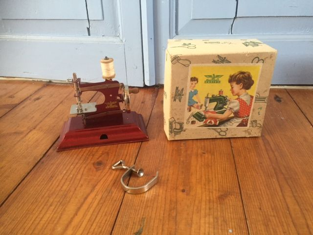 Casige children 39 s sewing machine from the 1950 39 s with box for Machine a coudre 1950