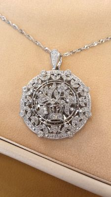 Gold necklace with pendant with a floral pattern made from natural diamonds –Necklace length: 45 cm
