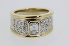 Women's ring with diamonds, in yellow and white gold.