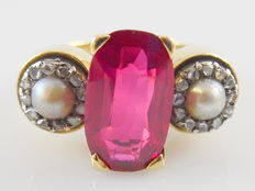 Gold ring of 18 kt with rhodolite, pearls and rose cut diamond, size 18.5.