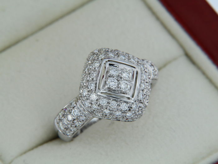 High-end jewellery ring in 18 kt white gold