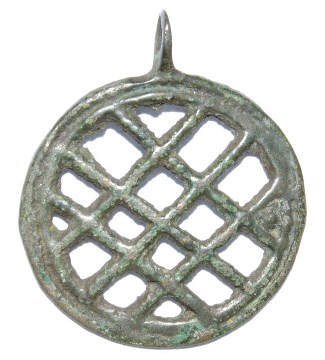 Medieval period - Viking bronze discoid open work decorated pendant - 32 mm