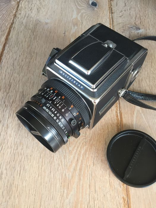 Hasselblad 500cm body, 80mm 2 8 CF lens, A12 back, leather strap, shaft  viewfinder - Catawiki