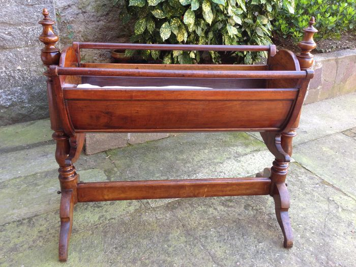 Cradle - Walnut - First half 19th century