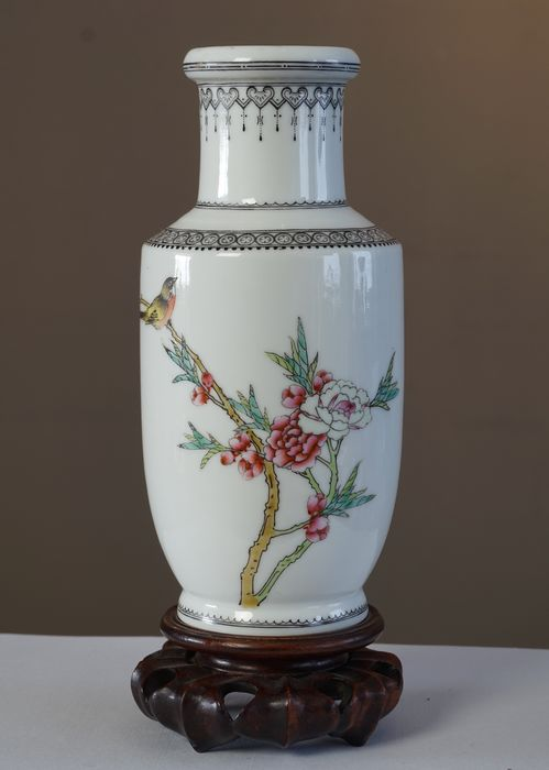 Classical Vase With Representation Of Bird On Blossom Branch China