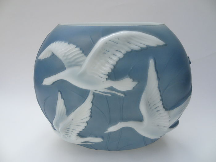 Phoenix co glass art deco vase with flying geese decor for Phoenix glass decorating co