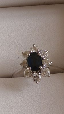 18kt gold Ring set with a sapphire and 8 diamonds 0,80ct