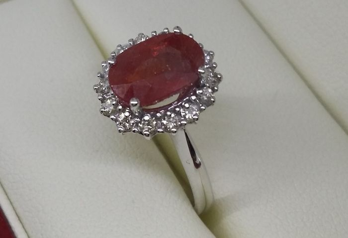 3107a95f6fa46 Gold ring with 3 ct ruby and 14 diamonds (0.25 ct) - Catawiki